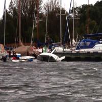 Viele gekenterte Segelboote ..