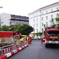 Einsatzfahrzeuge der DLRG vor dem ehemaligen Rathaus Wilmersdorf